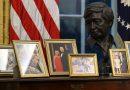 Con un busto en honor del líder sindical de origen mexicano y fotos familiares, Biden inicia su gestión