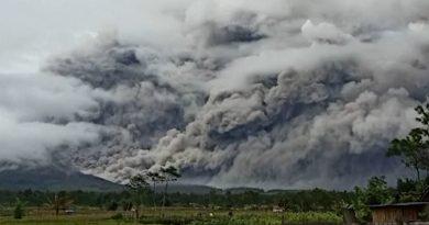 Expulsa volcán de Indonesia nubes ardientes de más 4.5 kilómetros con flujos de lava