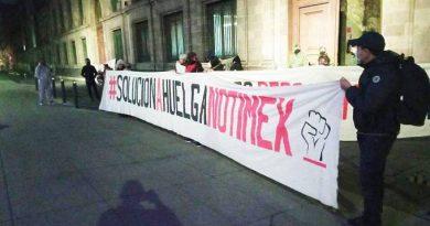 Protestan sindicalizados de Notimex en Palacio Nacional; exigen resolver sus demandas