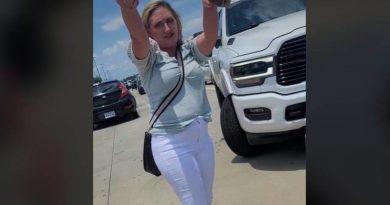 Mujer lanza improperios racistas a familia latina por un incidente de auto en Texas