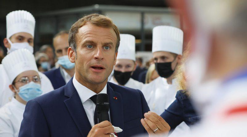 """A 'huevazo' reciben a Macron en Francia y al grito de """"viva la revolución"""" en una exposición"""